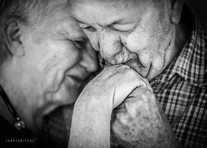 Couple Photos - Kissing Hand