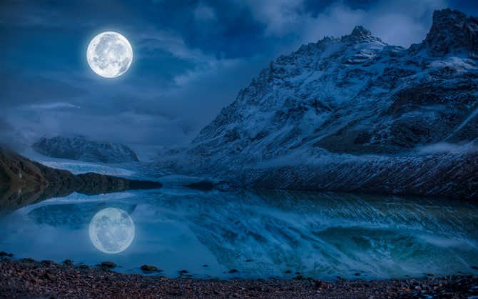 How To Photograph The Moon - Get Creative By Making An Interesting Composition